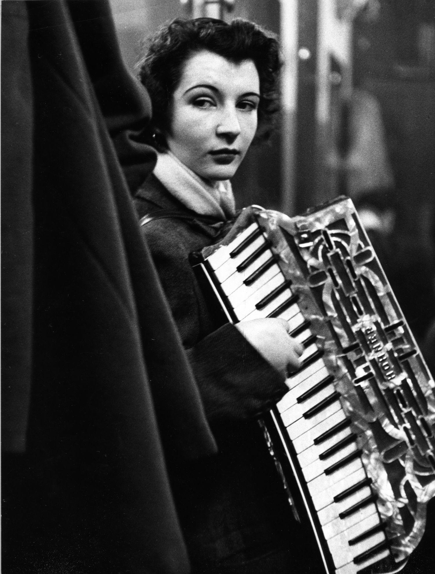robert-doisneau-la-ballata-di-pierrette-dorient-1953-copyright-c2a9-atelier-robert-doisneau