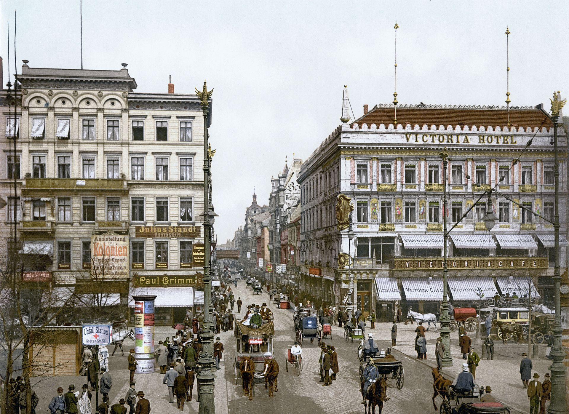 1920px-berlin_unter_den_linden_victoria_hotel_um_1900