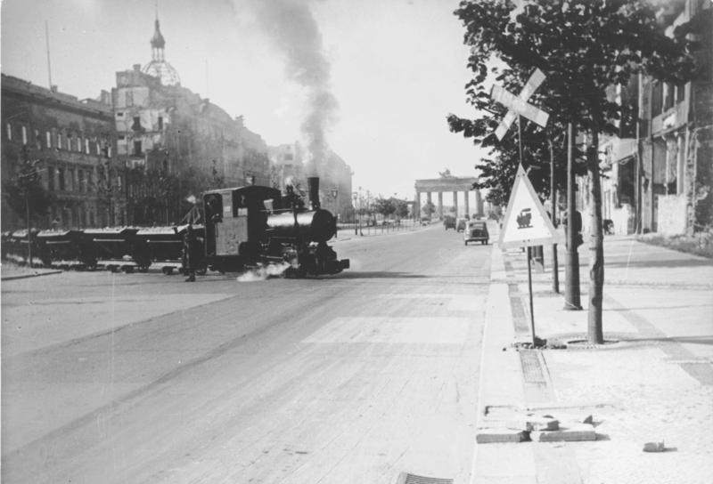 ADN-ZB/Donath Berlin 1946 Auch in der Straße Unter den Linden wurden sogenannte Trümmerbahnen eingesetzt, die den Schutt zerstörter Häuser abfahren. Im Hintergrund das Brandenburger Tor.